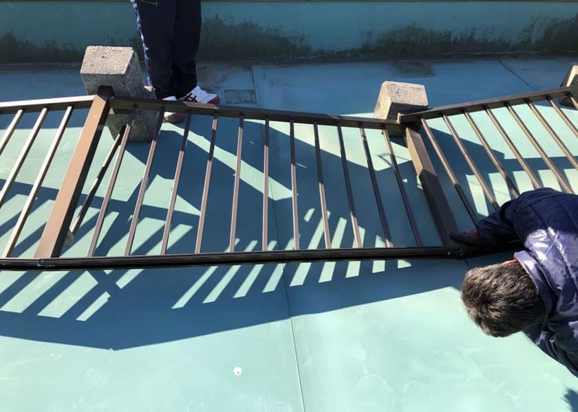 倒れたフェンスの撤去
